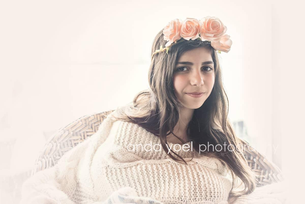 ילדת בת מצווה עם זר ורדים על ראשה - מסדרת צילומי בוק בת מצווה בטבע אנדה יואל