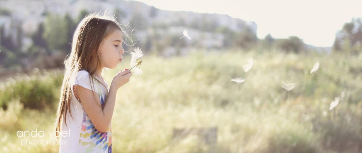 """ילדה מעיפה """"סבא"""" בדה פתוח - מסדרת צילומי ילדים בטבע אנדה יואל"""