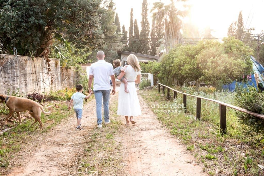 ליהיא גרינר עם בן הזוג יוסי, הילדים והכלב במבט מאחור - מסדרת צילומי המשפחה בטבע אנדה יואל