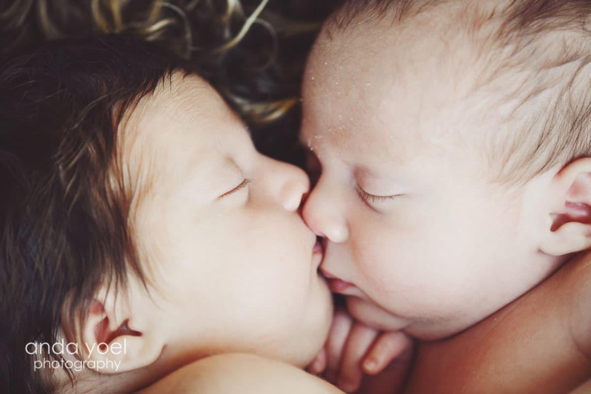 ניו בורן תאומים בן ובת צמודים בפנים אחד לשני - מסדרת צילומי ניובורן תאומים אנדה יואל
